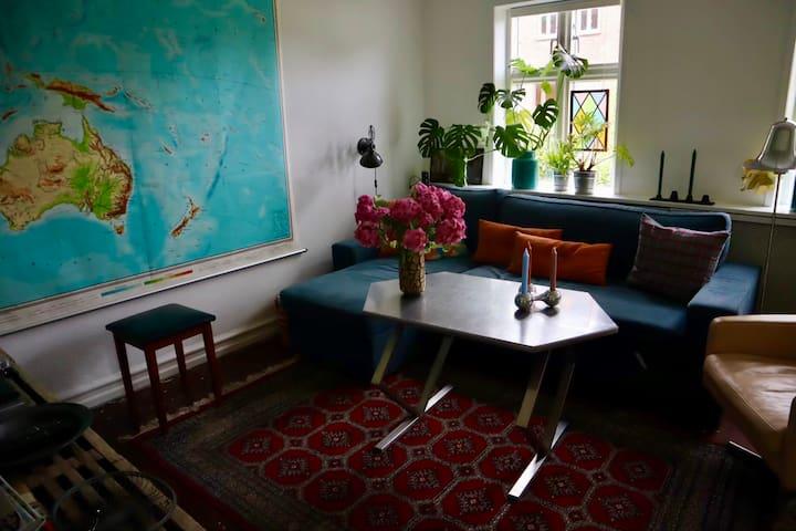 Stuen - sovesofa (140x200) samt tv. Der er fibernet i hele huset, og tv ses udelukkende gennem cromecast