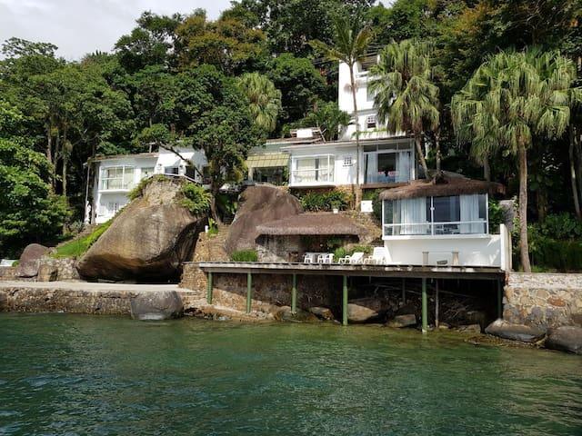 Apartamento com acesso ao mar a 50 metros.