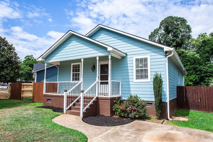 Blue Bungalow: Walk to Downtown + Bikes Available