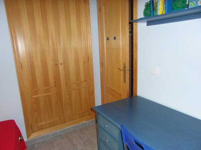 Ésta es la habitación de dos camas con su armario empotrado (con cajones). También hay un escritorio por si los niños quieren hacer cualquier actividad o necesitas conectarte con el oredenador.