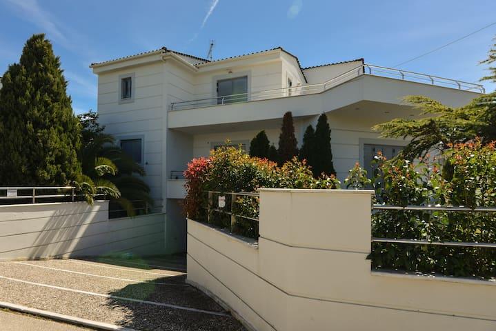 Luxurious Villa next to Egio,3 min walk from beach - Loggos - Villa