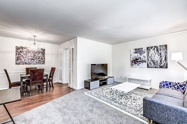 Sleeps 6 | Steps from the Galleria | 55 INCH 4K TV