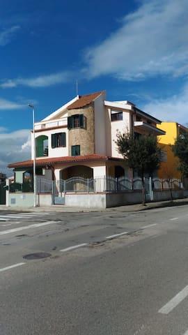 La villa con la torre in pietra