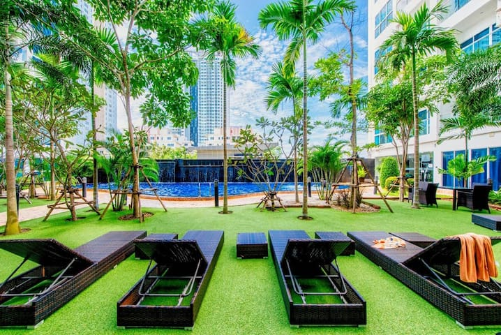 Beautiful condo with pool view next to Night Market