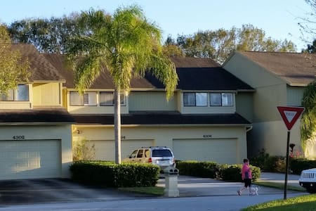 Carrollwood Village 2nd Floor Bdrm - Tampa - Townhouse