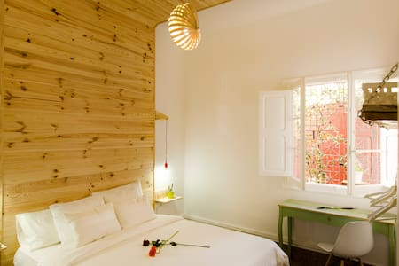 Room type: Private room Bed type: Real Bed Property type: Bed & Breakfast Accommodates: 2 Bedrooms: 1 Bathrooms: 3