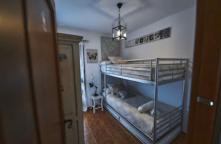 Dormitorio 2. Litera de 90x200. 3 camas individuales. Colchones confortables y de gran calidad con sus respectivas almohadas.