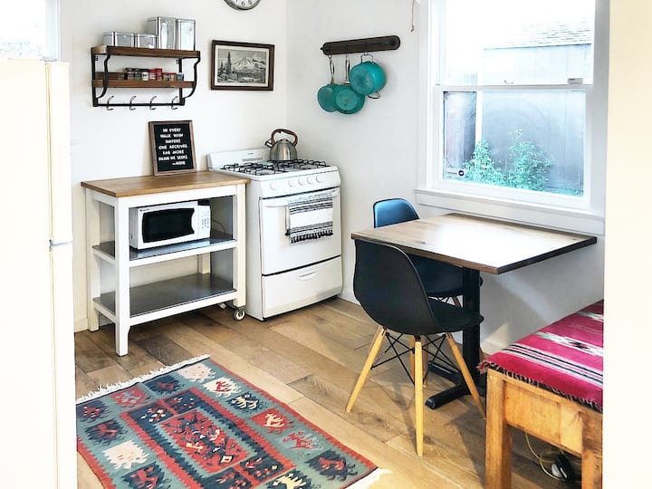Clean+bright 1 br guest house w/modern rustic vibe
