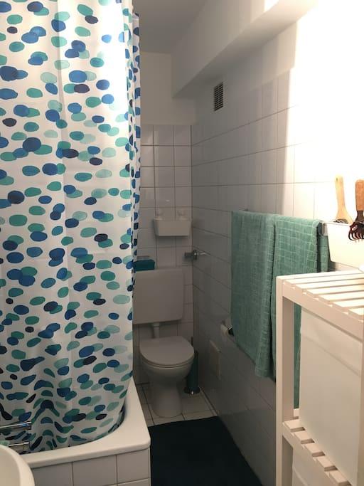 Funktionelles, liebevoll gestaltetes Bad mit Badewanne