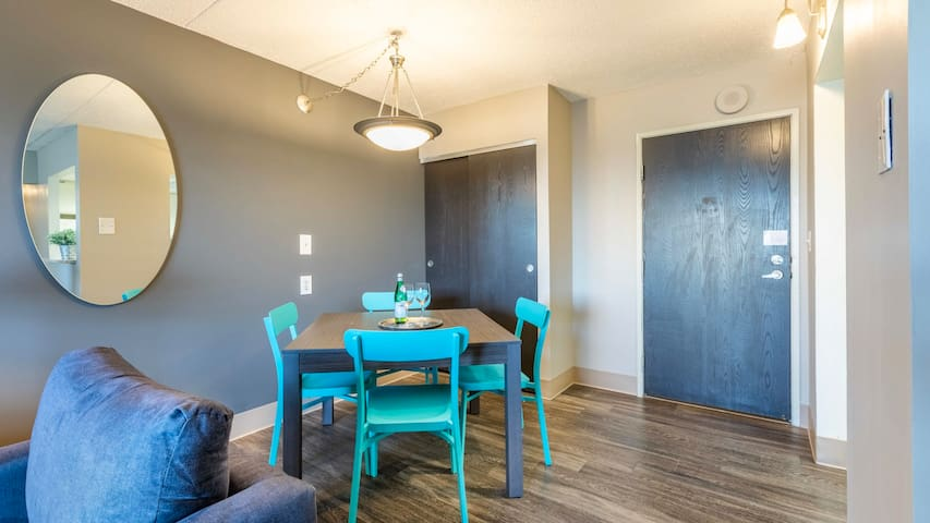 Professionally-cleaned 2BD Downtown condo, fast wifi