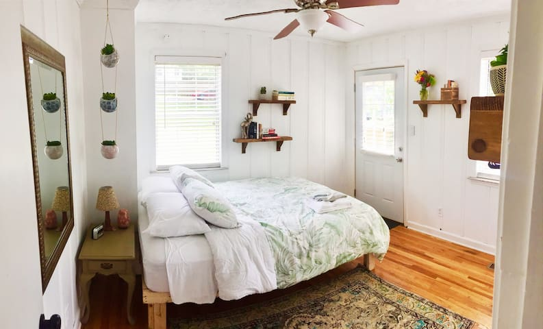 Cozy BOHO Cottage 6 MIN From DWNTWN (Upstairs 1/1)