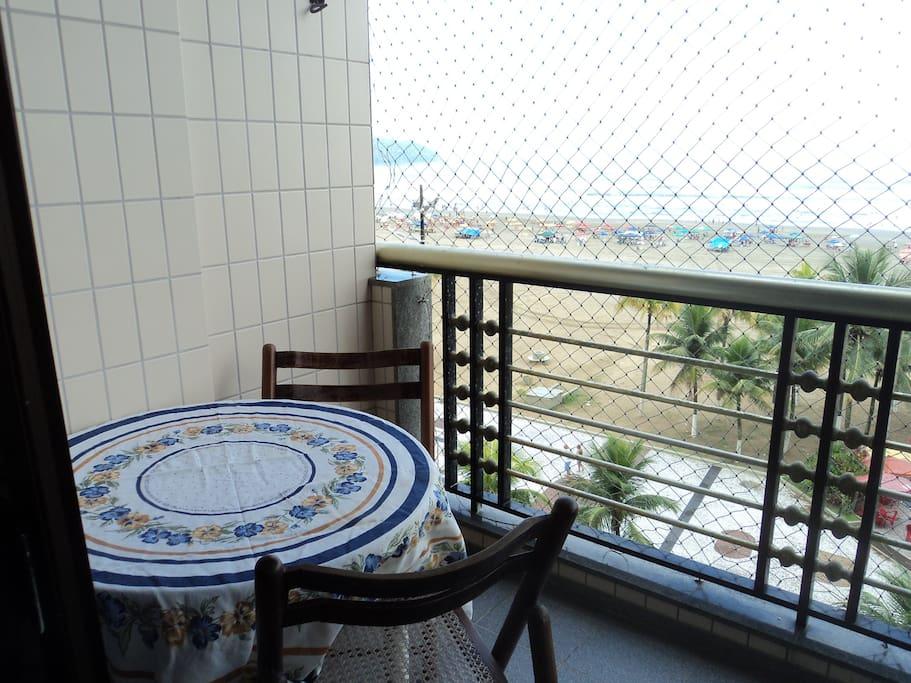 Mesa e cadeira para admirar a vista
