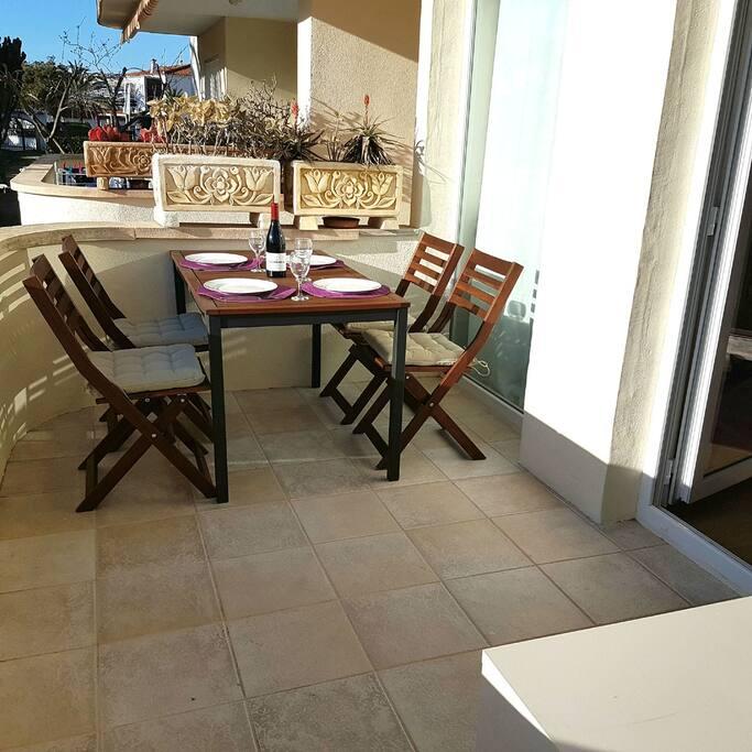 La terraza: Para comer, tomar el sol o leer. Y poder vigilar a los hijos cuando se bañan en la piscina