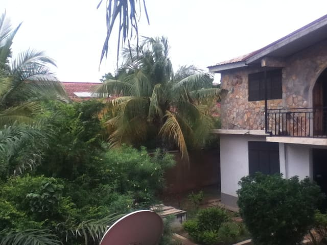 Cool Studio Flat with garden views & roof terrace - Accra - Apartmen