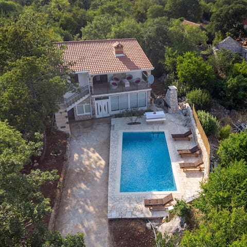 Villa Nada - Two Bedroom House with a Swimming Pool & Barbecue