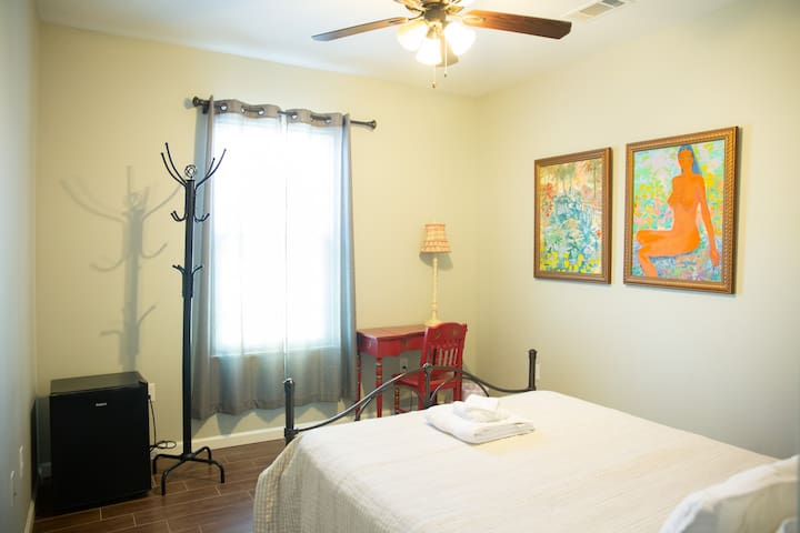 One-guest room by Canal street - NO CLEANING FEE