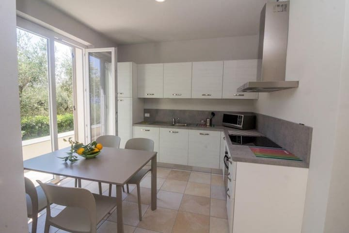 La cucina con accesso al giardino.