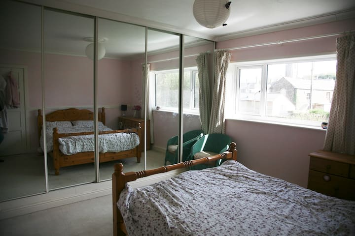 Large bedroom, in village on Devon/Cornwall border - Lifton, Devon - Huis