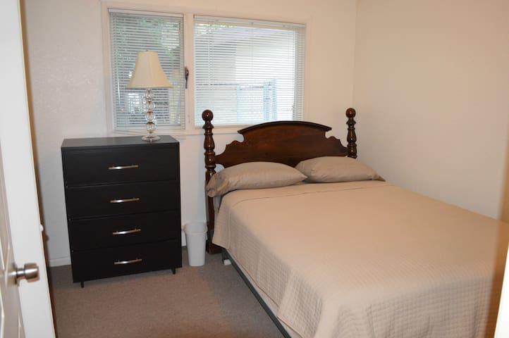 """""""Kodiak room"""" Comfy queen bed in Eastside home"""