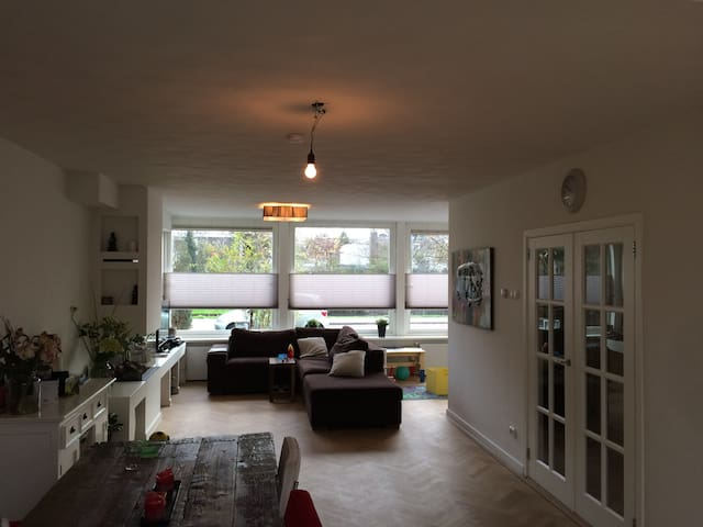 Large family home on a canal very close to city. - Amstelveen - House