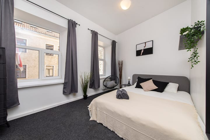 Light Double Bedroom 5min walk Cathedral Square!