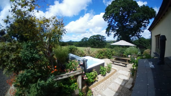 Luxury cottage,Devon -hot tub, views, walk to pub.