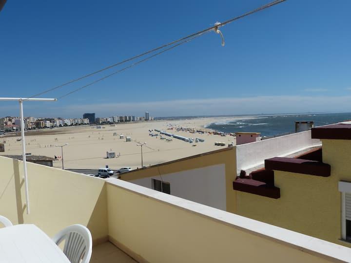 Appartement avec terrasse face à la mer