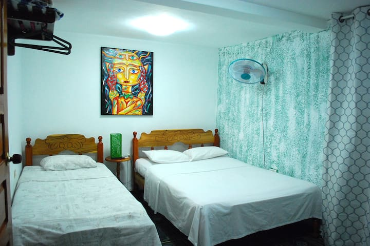 Habitacion #3 cuenta con aire acondicionado, ventilador y baño privado con agua fria y caliente 24h, cama matrimonial y personal