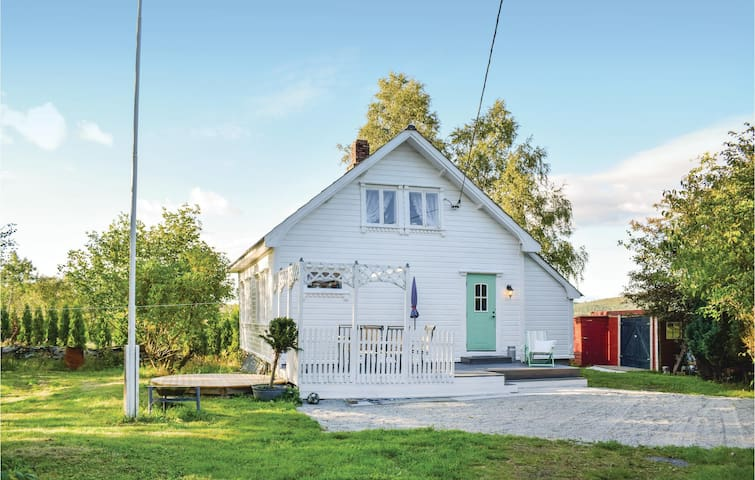 Holiday cottage with 2 bedrooms on 65m² in Tysværvåg