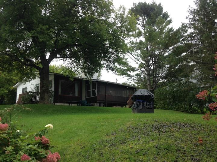 Chaleureuse maison au bord du Lac Magog
