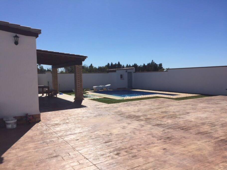Zona de la piscina y porche de la casa