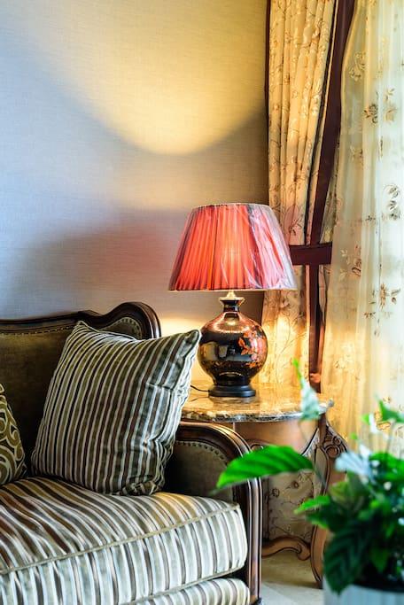 客厅里温馨的台灯