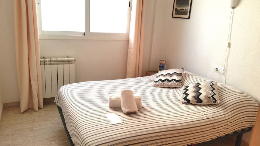 Santa Eulalia @ 5 min. beach.Clean and double room