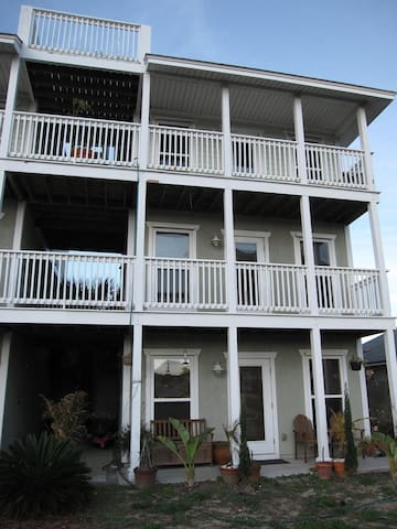 """Sailors & Mermaids"" 3 Story Beach House with view"