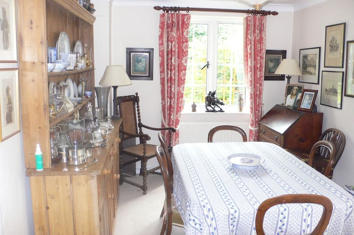 Dbl room/private bath in village near Petworth. - West Sussex