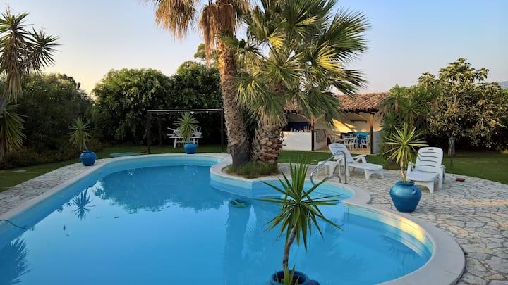 Villa de 3 habitaciones en Reggio Calabria, con magnificas vistas al mar, piscina privada, jardín cerrado - a 10 m de la playa