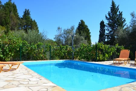 Villa Sevi - Longos - วิลล่า