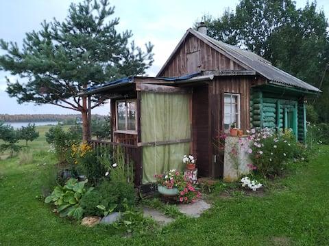 Домик на берегу реки Волга
