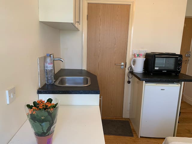 Clean flat, close to Park Royal station &bus stop