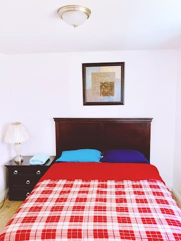 Daisy a Cozy & Clean Private Queen Bed Room