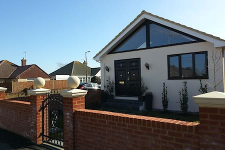 Lovely Double room + marble bathroom Close to Sea - Peacehaven - Bungalow