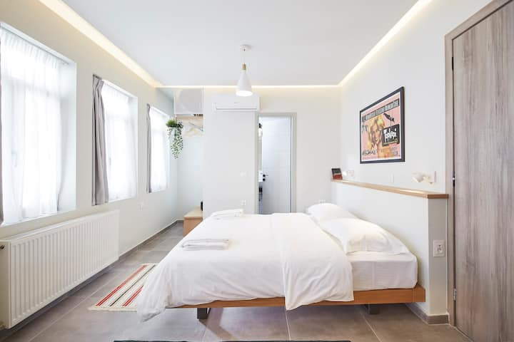 Stay in a hip decorated studio near Acropolis!