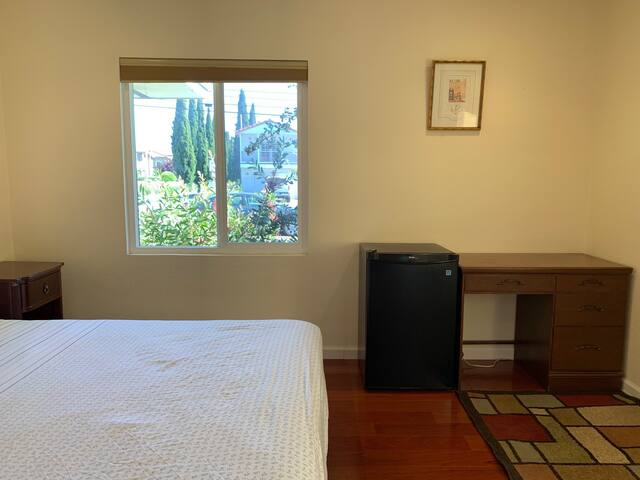 Spacious master bed close to BART to San Francisco