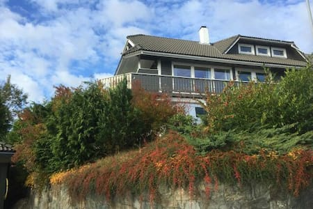 Cozy room near Bergen with parking. - 卑尔根 - 公寓