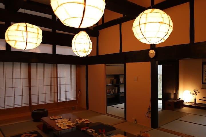 築150年の歴史を語る立派な梁と 信州和紙手作り照明のやさしい灯りがほっと落ち着く 民家の中心にあるお部屋です。