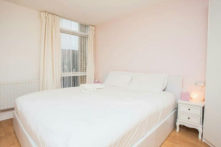 Bright Large KingSize Private Room in Canary Wharf