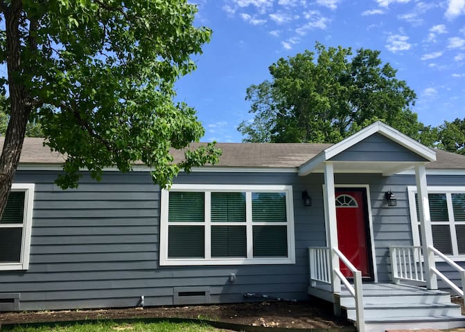 Game Day Getaway★Centrally Located   2 BR   Patio