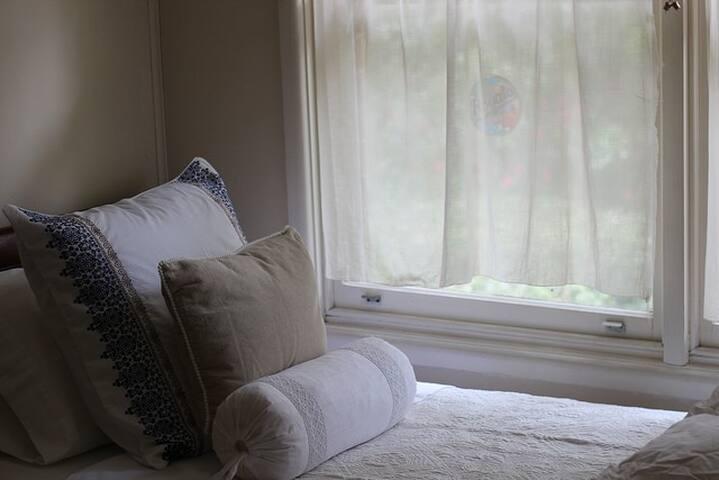 Quiet neighbourhood. Sunny, private room.