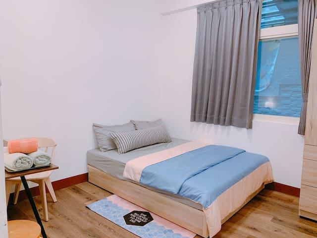 Second bedroom (B room-Double room)  overview 標準雙人床 (B房)  可睡2人 可增加1地墊床(共2+1人)