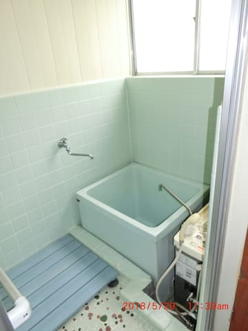 Clean Japanese Onsen style (deep bathtub) Bathroom!